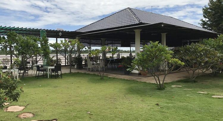Restaurant Au Bonheur du Mekong face à Phnom Penh